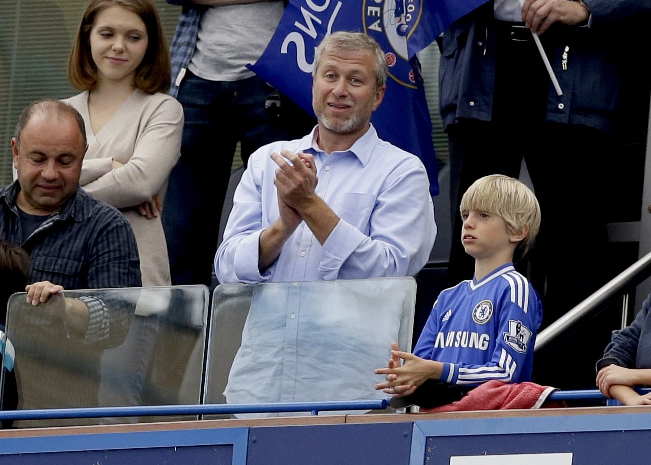 Chelsea's Russian billionaire owner Roman Abramovich (C), applauds after Chelsea was presented with the Premier League trophy after the English Premier League football match between Chelsea and Sunderland at Stamford Bridge stadium in London, May 24, 2015. (AP Photo)