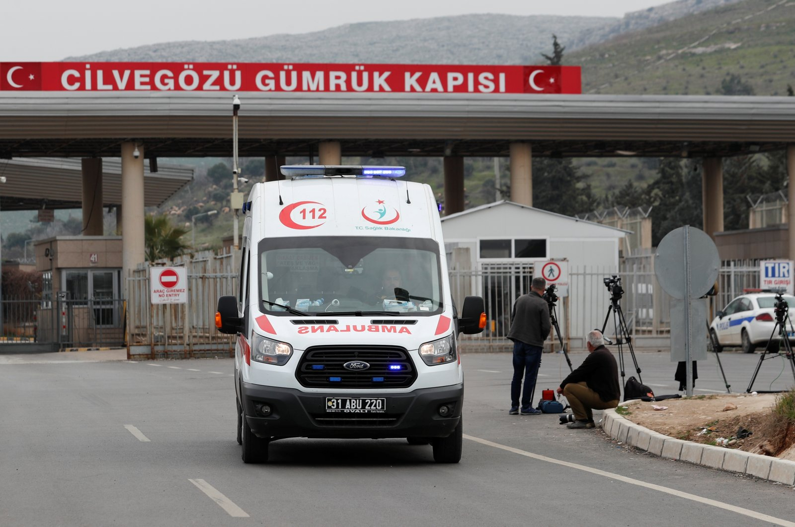 An ambulance returns from the Syrian site through the Cilvegözü border gate, located opposite the Syrian commercial crossing point Bab al-Hawa, in Reyhanlı, Hatay province, Turkey, February 28, 2020. (Reuters Photo)