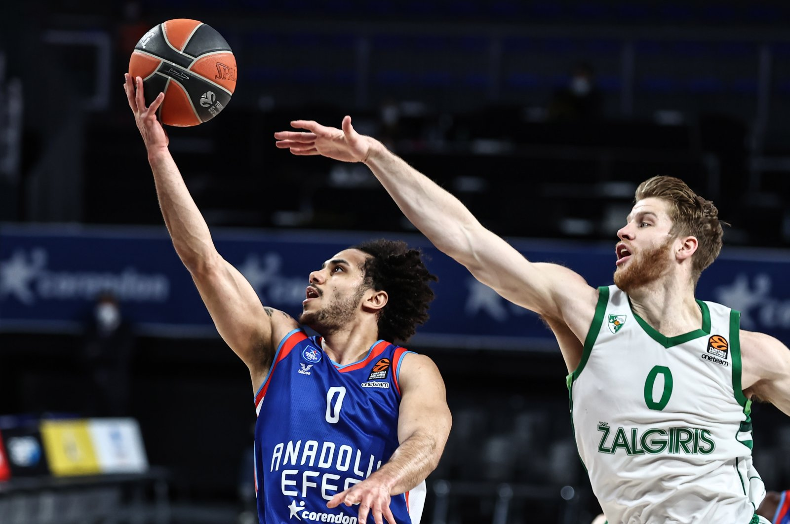 Anadolu Efes guard Shane Larkin (L) tries to score past Zalgiris guard Thomas Walkup in a THY EuroLeague match, Istanbul, Turkey, March 12, 2021. (AA Photo)