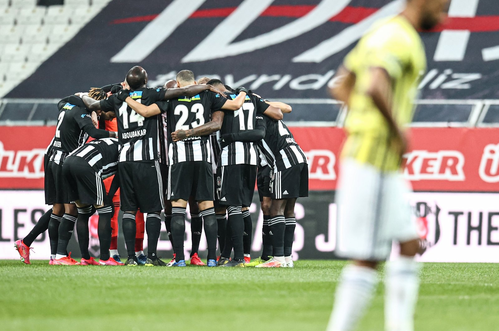 Beşiktaş players gather during the Turkish Süper Lig Week 31 match against city rival Fenerbahçe at the Vodafone Stadium in Istanbul, Turkey, March 21, 2021. (AA Photo)