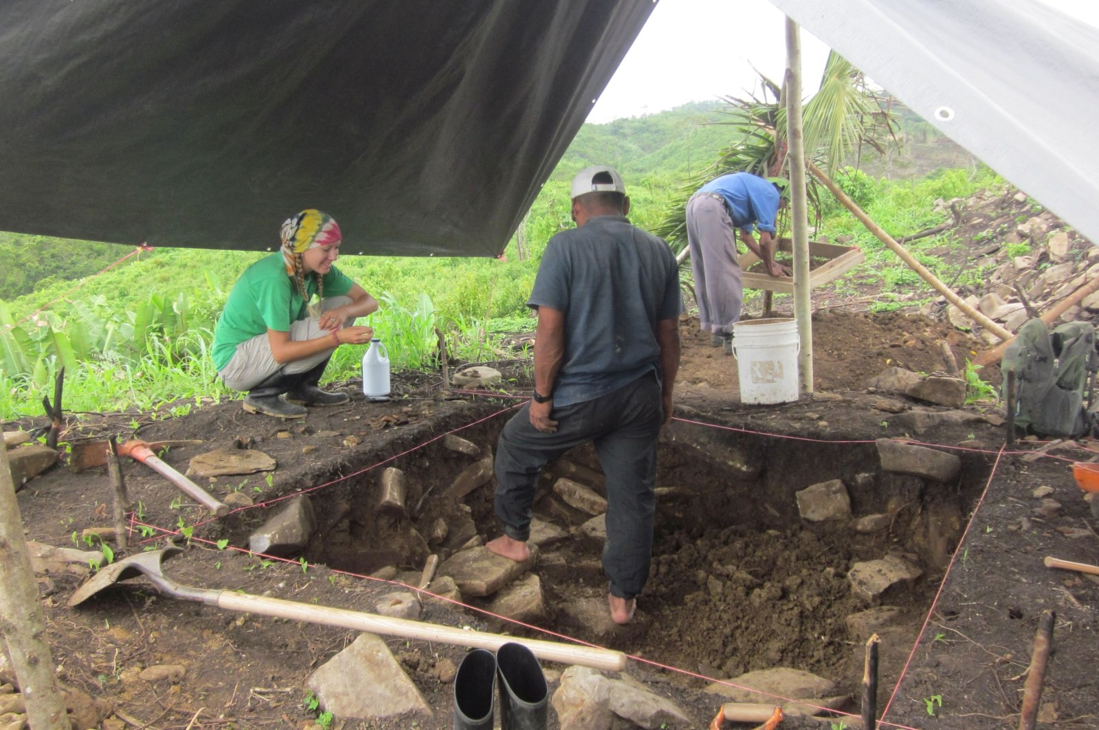 Archeologist Amy Thompson speaks with members of the local community who worked with the team of researchers during excavations at the ancient Maya site of Uxbenka, Belize in April 2012.  (Handout via REUTERS)