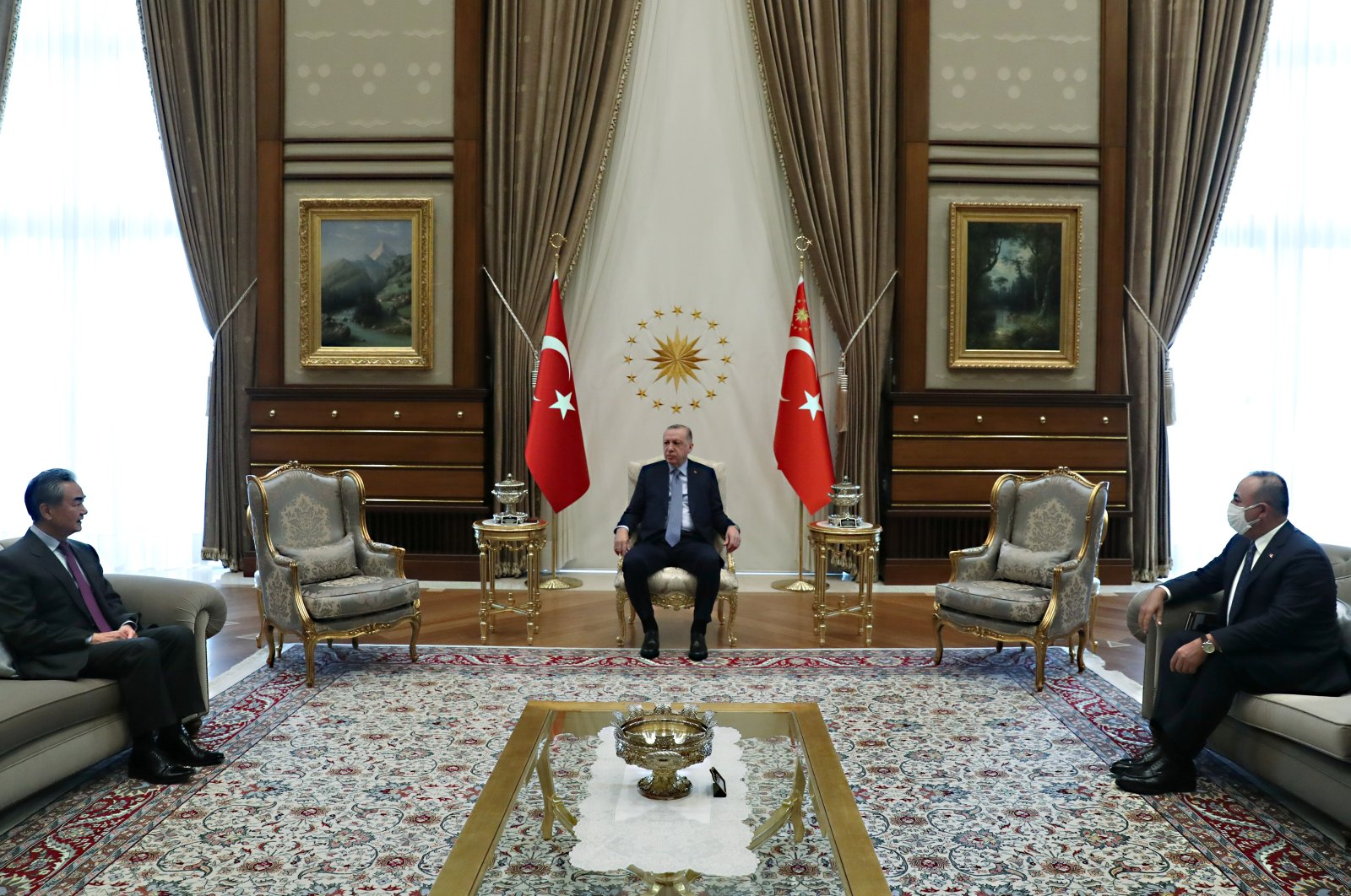 Chinese State Councilor and Foreign Minister Wang Yi (L), Turkish President Recep Tayyip Erdoğan (C) and Foreign Minister Mevlüt Çavuşoğlu meet at the Presidential Palace, Ankara, Turkey, March 25, 2021. (REUTERS)