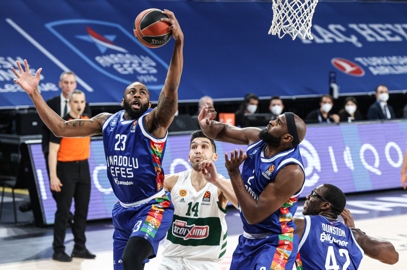 Anadolu Efes' James Anderson (23) in action with Panathinaikos' Leonidas Kaselakis (14) during the Euroleague clash at Istanbul's Sinan Erdem Sports Complex, Mar. 25, 2021 (AA Photo)