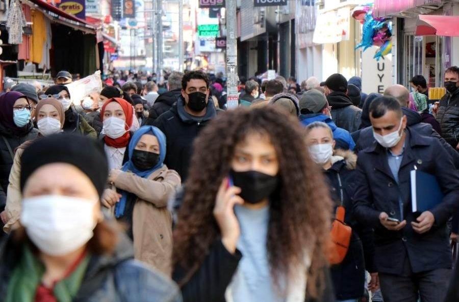 People wearing protective masks walk on a street in Samsun, northern Turkey, March 4, 2021. (İHA PHOTO)