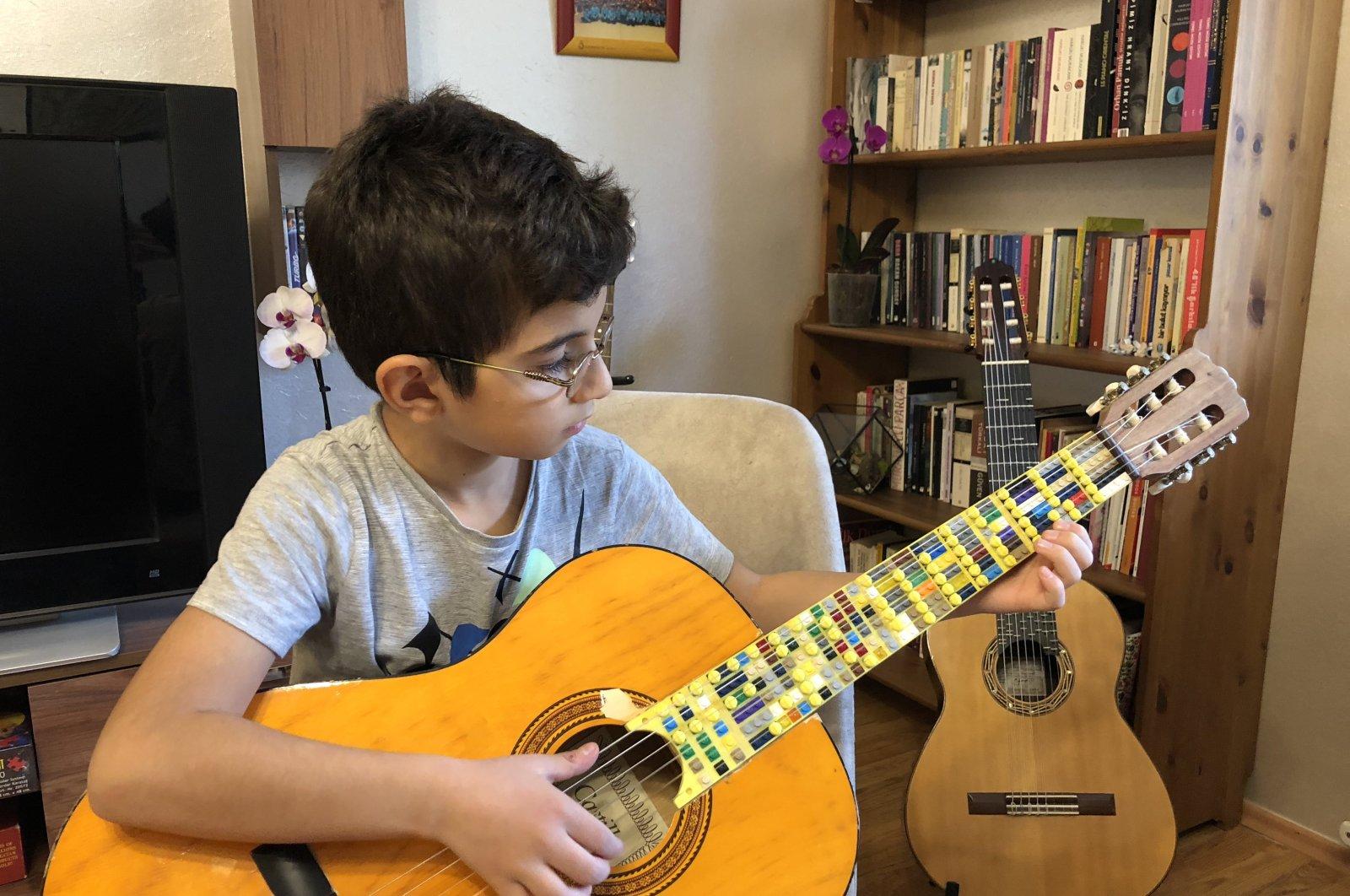 Atlas Çoğulu plays his Lego Microtonal Guitar.