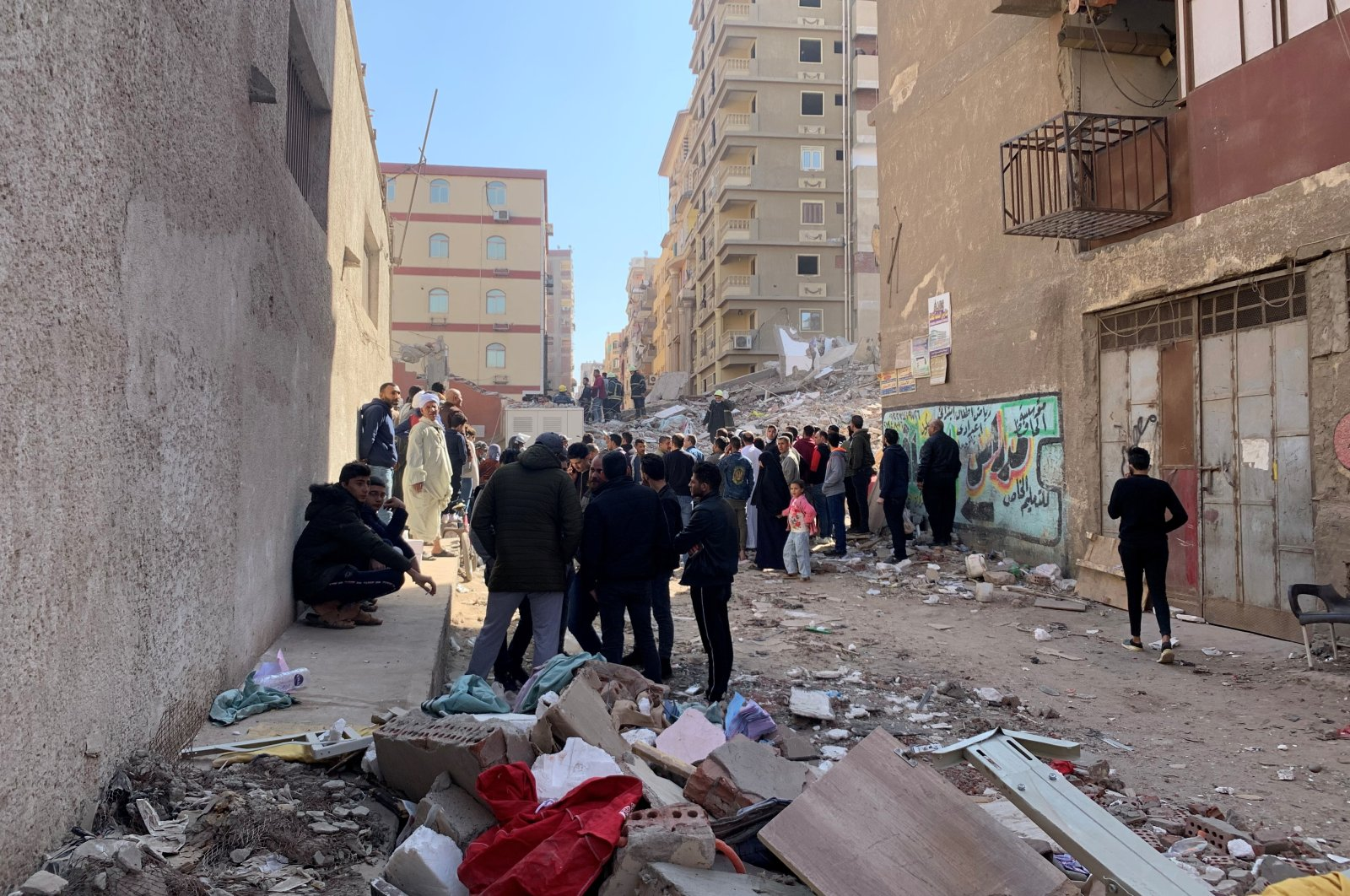 People inspect the area where a building collapsed in Cairo, Egypt, March 27, 2021. (Reuters Photo)