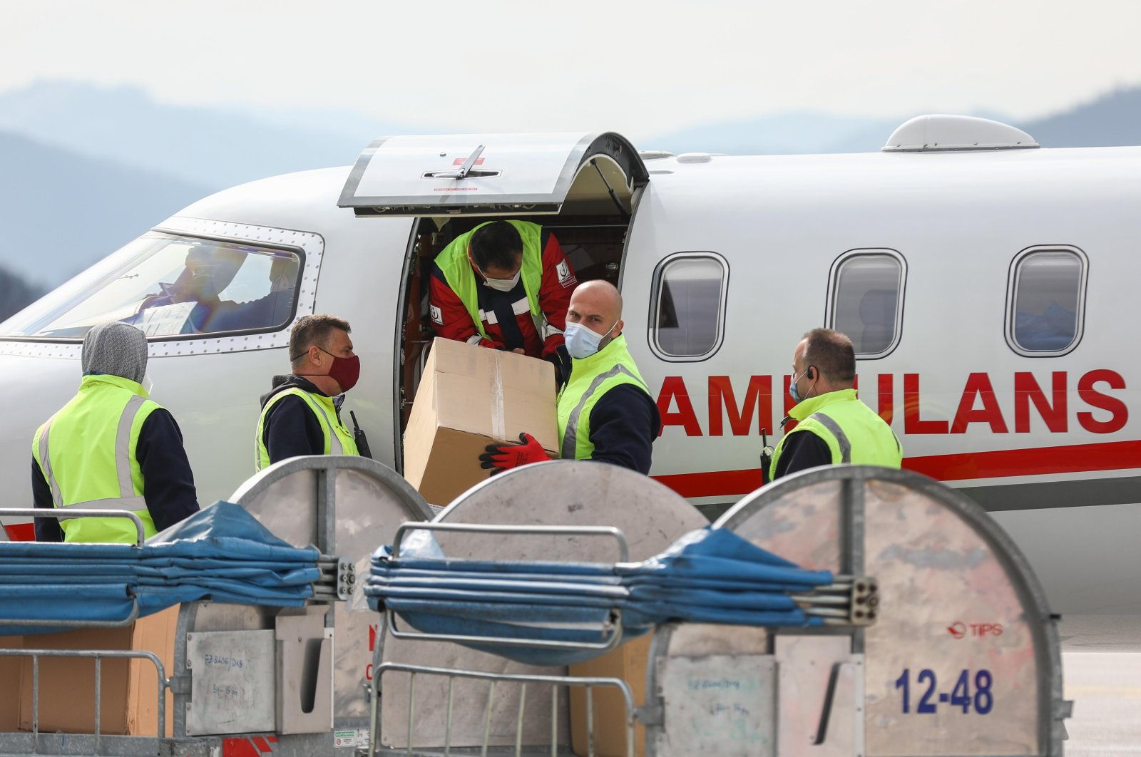 Bosnian personnel evacuates Sinovac vaccines delivered by Turkey, Sarajevo, Bosnia-Herzegovina, March 28, 2021. (AA)