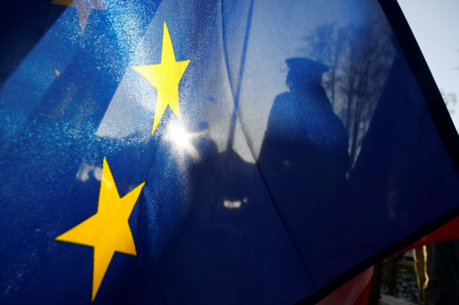 A Polish border guard stands beside a European Union flag during a ceremony at the Czech-Polish border checkpoint in Hradek nad Nisou, Czech Republic, Dec. 21, 2007. (Reuters Photo)