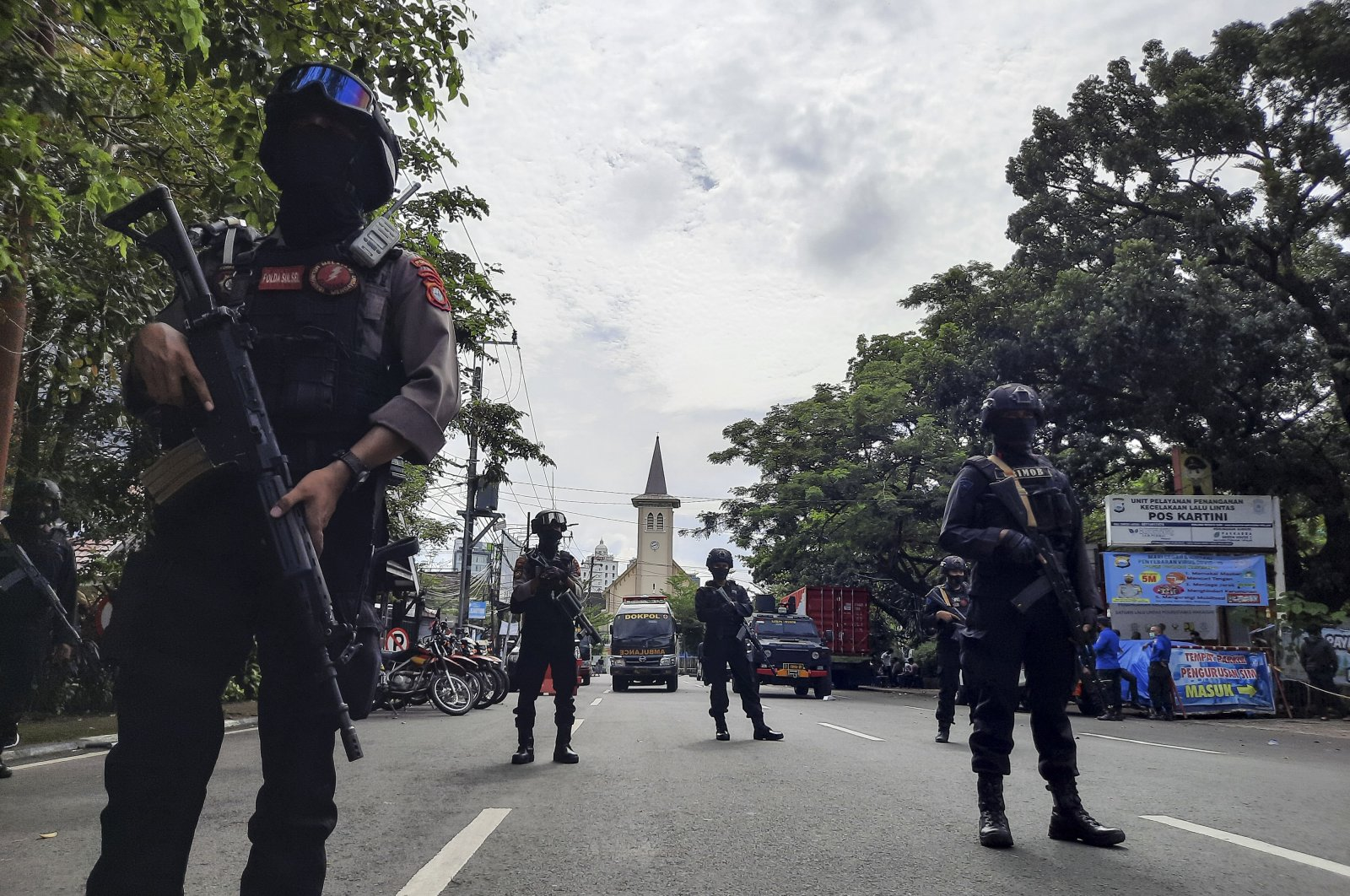 Police officers stand guard near the Sacred Heart of Jesus Cathedral in the aftermath of an explosion in Makassar, South Sulawesi, Indonesia, March 28, 2021. (EPA Photo)