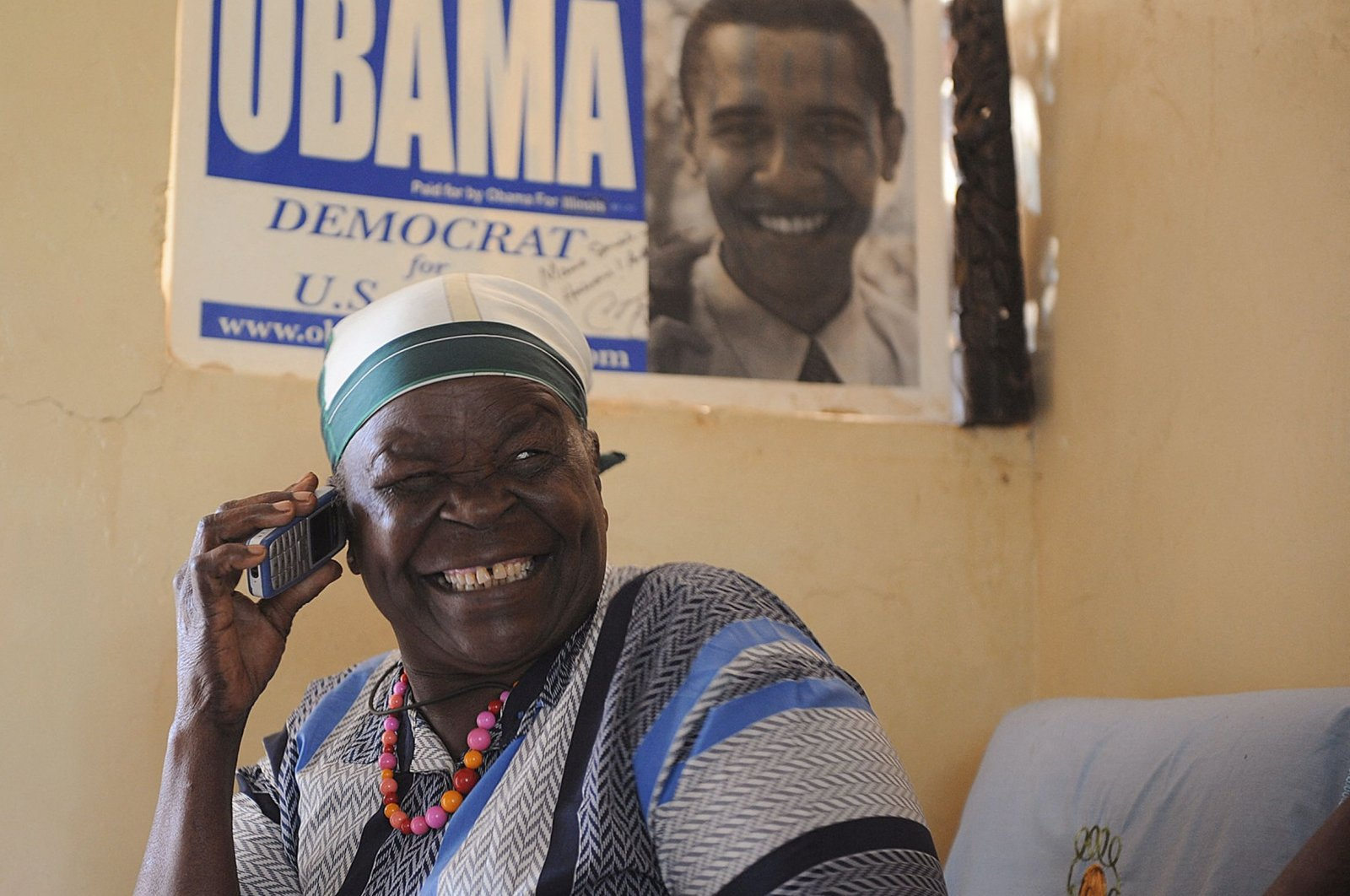 Mama Sarah Obama, grandmother of former U.S. President Barack Obama, shows a relative some old newspaper photos of her grandson, soon after he gave an acceptance speech at the Democratic National Convention in Denver, in Nairobi, Kenya, Aug. 29, 2008. (AFP Photo)