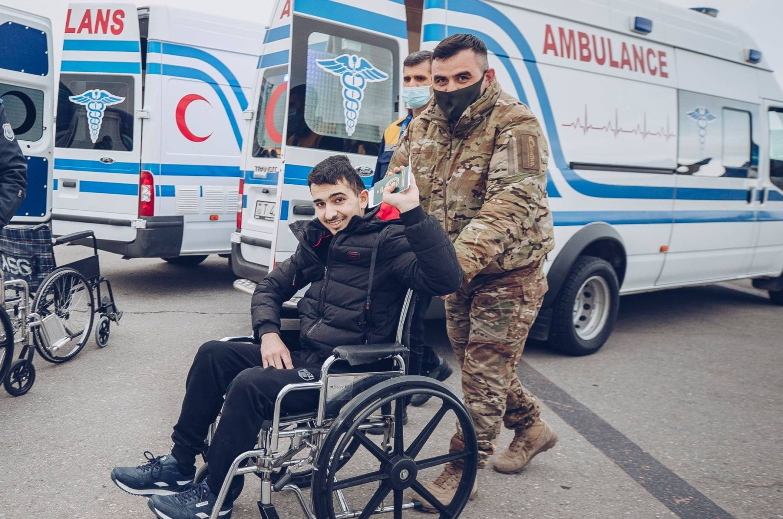 A wounded Azerbaijani soldier waves at cameras after coming to Turkey for treatment, March 29, 2021. (AA)