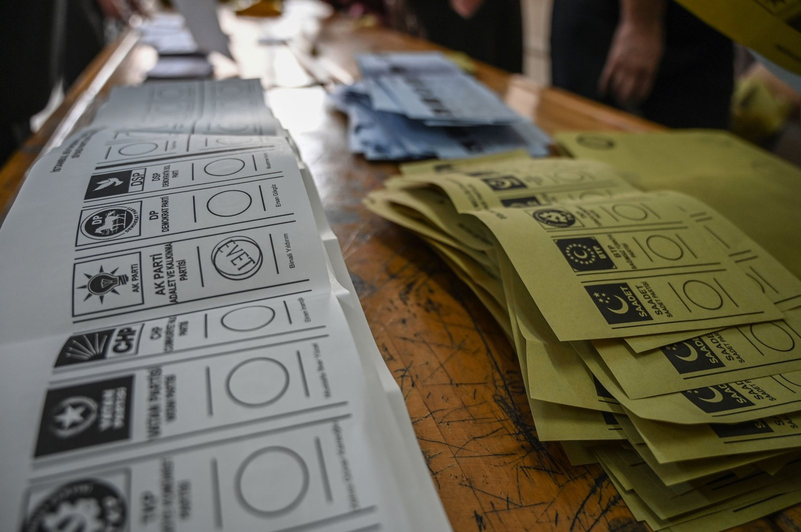 Electoral officers prepare ballots to count at a polling station in Istanbul, Turkey, March 31, 2019. (AFP Photo)