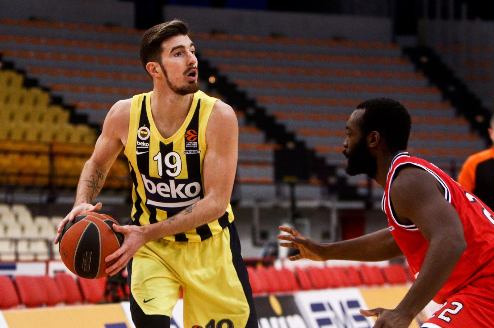 Fenerbahçe guard Nando De Colo (L) tries to pass the ball past Olympiacos Piraeus' Charles Jenkins during a EuroLeague match at the SEF Stadium in Piraeus, Greece, March 26, 2021. (EPA Photo)