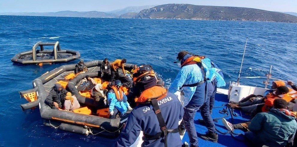 Turkish Coast guard units rescue 37 migrants off Turkey's western Izmir province, March 31, 2021 (IHA Photo)