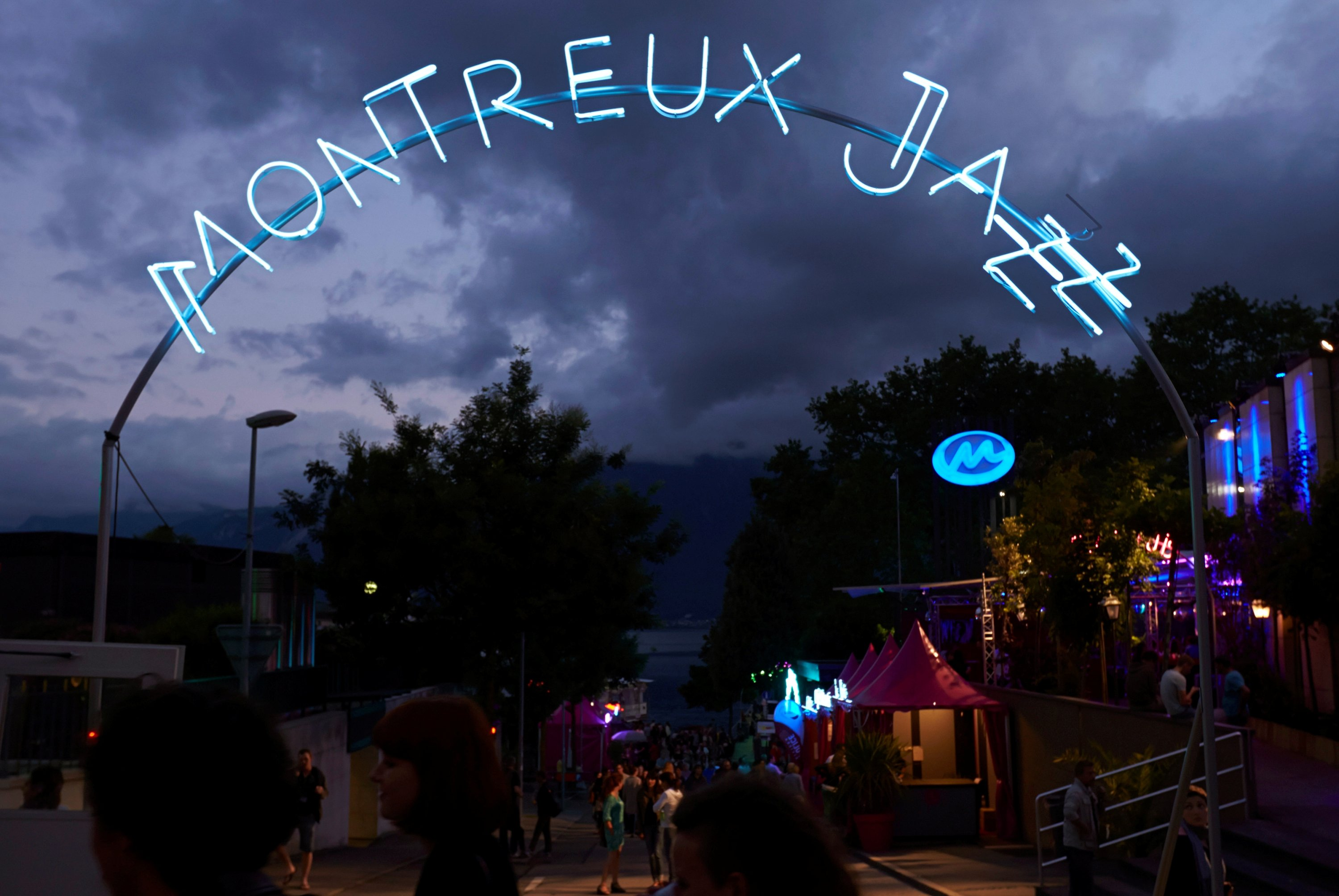Revelers walk near the lakeshore during the 48th Montreux Jazz Festival in Montreux, Switzerland, July 14, 2014. (REUTERS Photo)