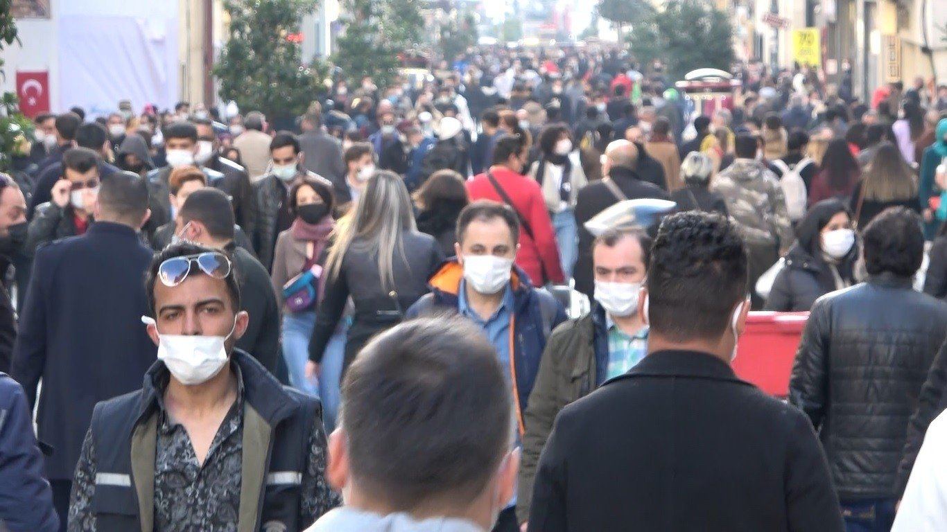 People wearing masks walk on the famous Istiklal Avenue in Istanbul's Taksim ahead of the weekend curfew, April 2, 2021 (IHA Photo)