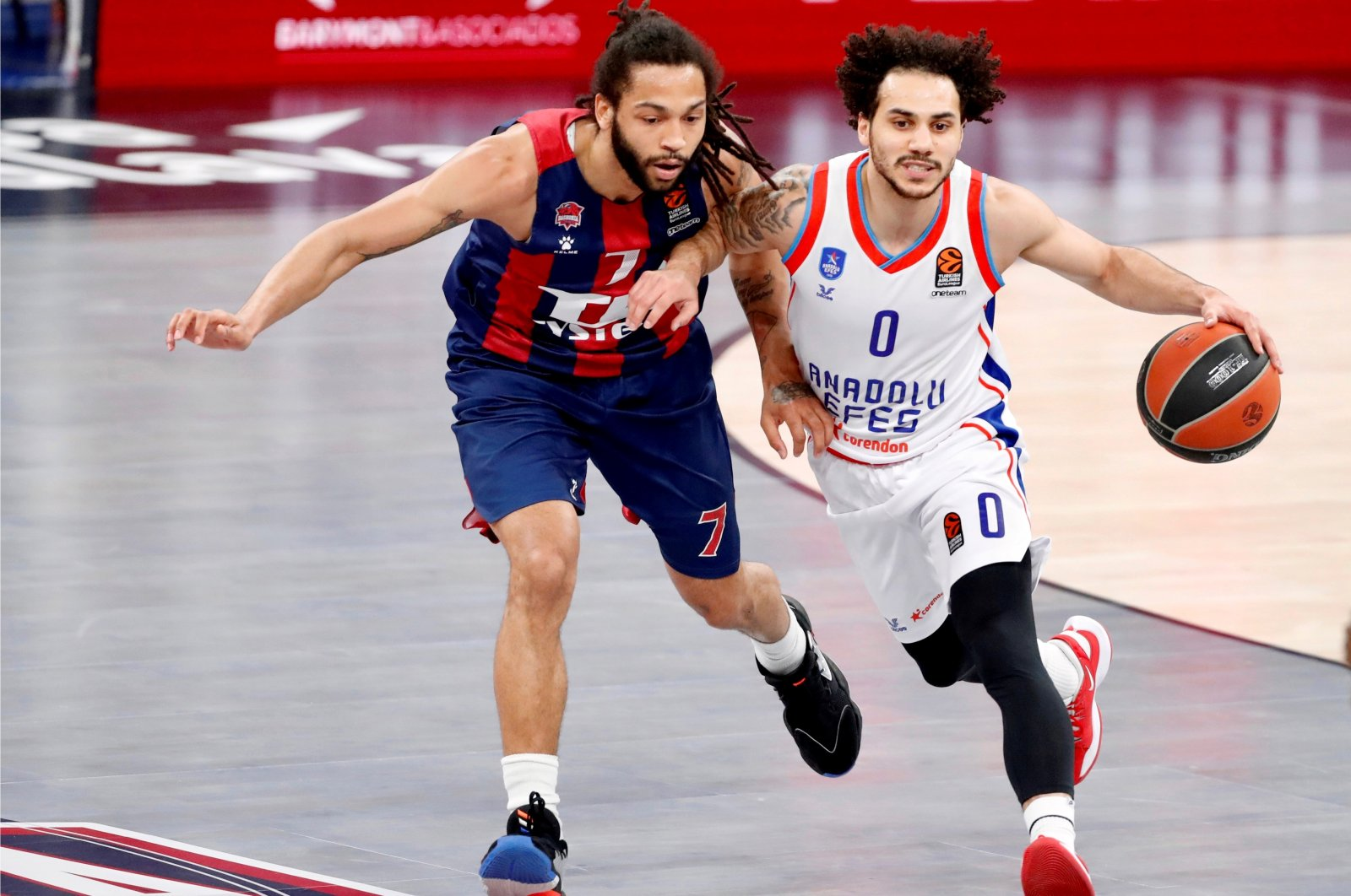 Baskonia's guard Pierria Henry (L) defends Anadolu Efes guard Shane Larkin (R) during a Euroleague basketball game at Fernando Buesa Arena in Vitoria, Basque Country, Spain, April 1, 2021. (EPA Photo)
