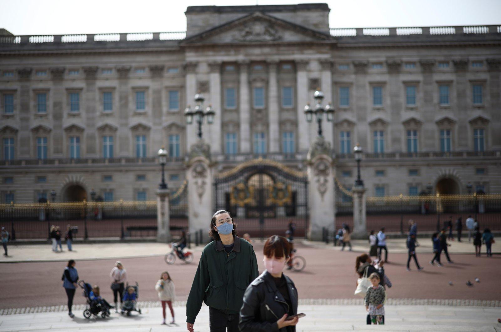 People visit Buckingham Palace, amid the coronavirus outbreak, in London, Britain, April 1, 2021. (Reuters Photo)
