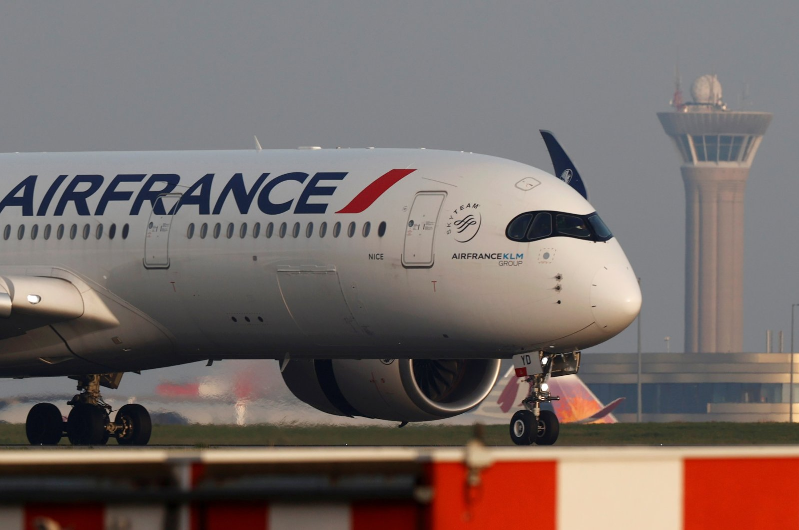 An Air France Airbus A350 airplane lands at the Charles-de-Gaulle airport in Roissy, near Paris, France, April 2, 2021. (Reuters Photo)