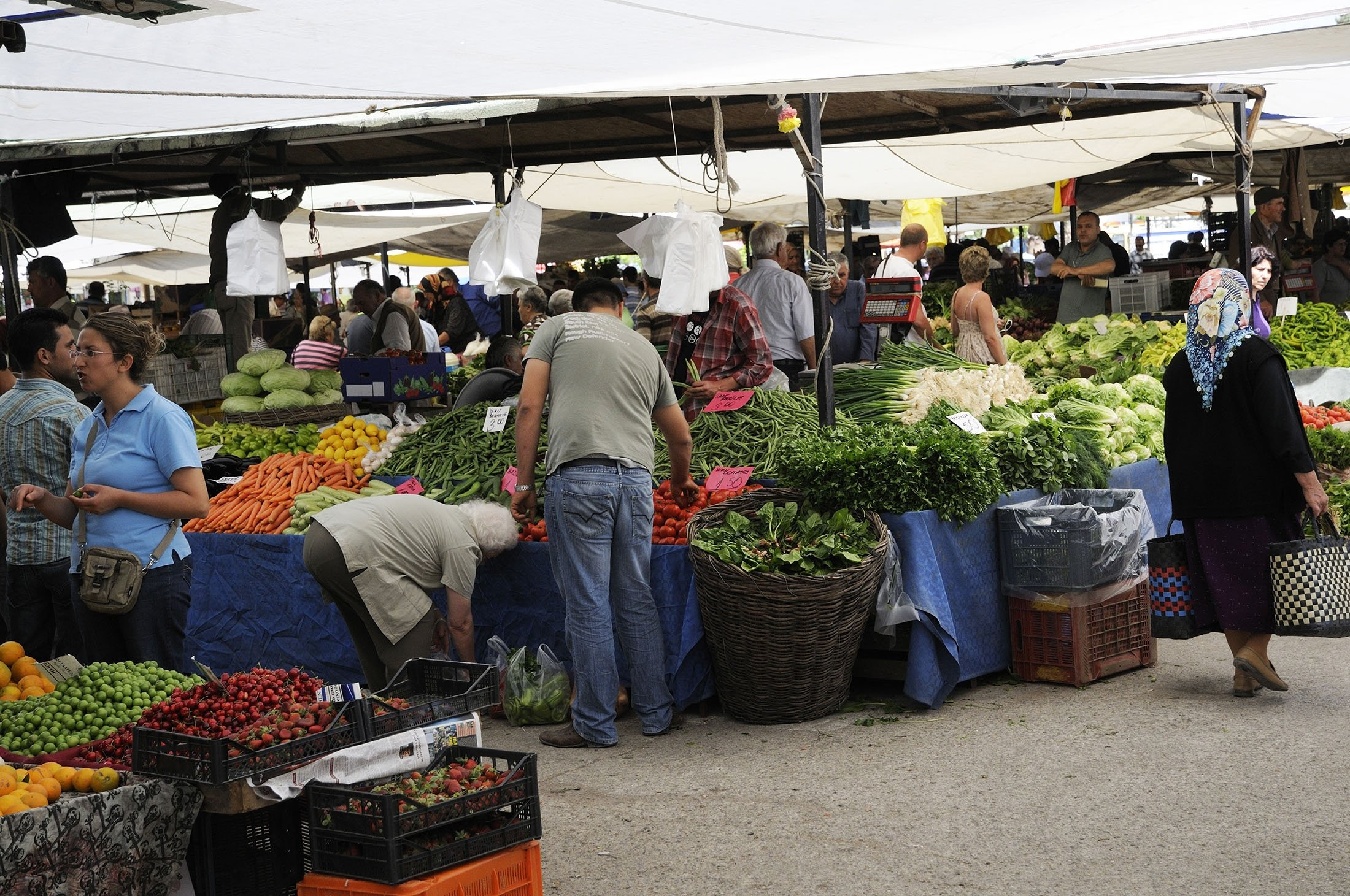 One town away from Yalıkavak, the Turgutreis bazaar also sells an array of fresh fruit and vegetables in Bodrum, Muğla. (Getty Images)