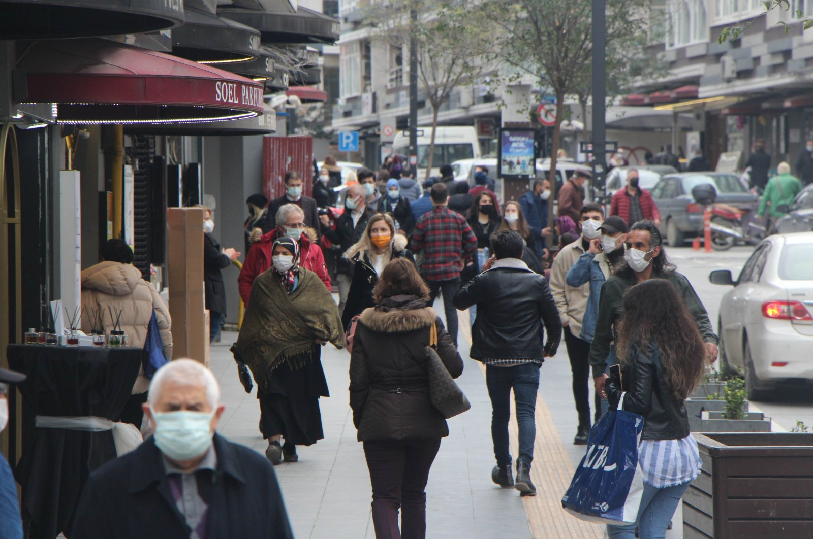 People wearing protective masks walk on a crowded street in Samsun, northern Turkey, April 6, 2021. (DHA PHOTO)