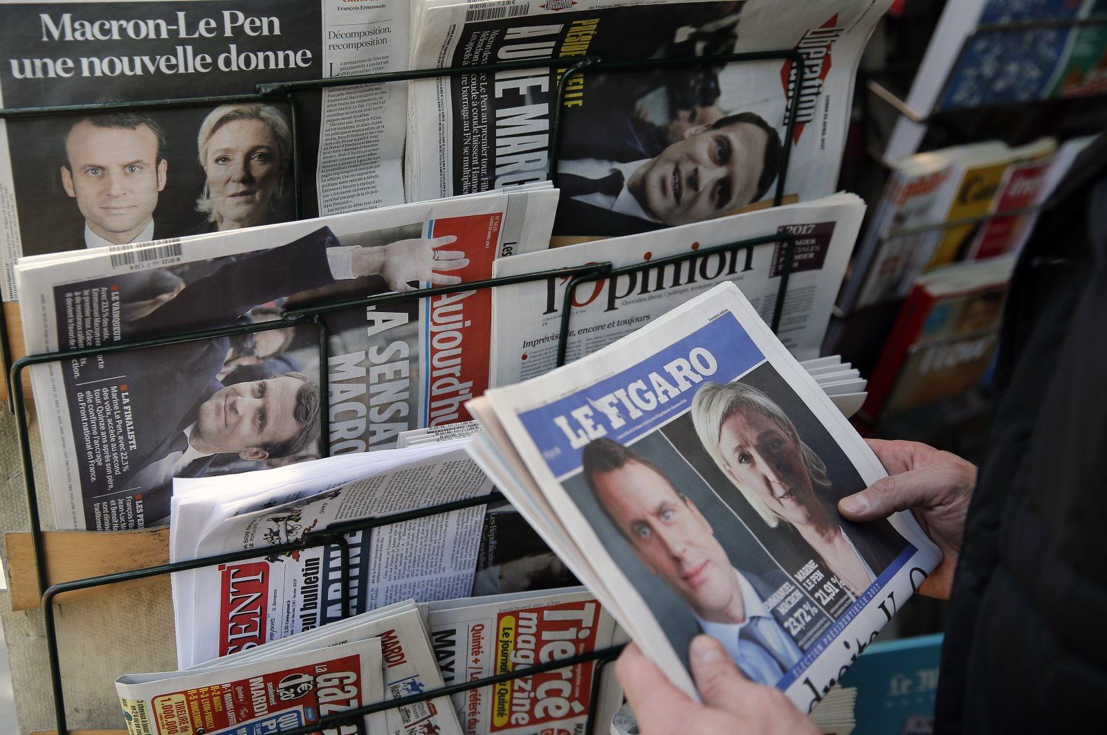 """A man looks at the front page of the French newspaper """"Le Figaro"""" in Paris, France, April 24, 2017. (Getty Images)"""