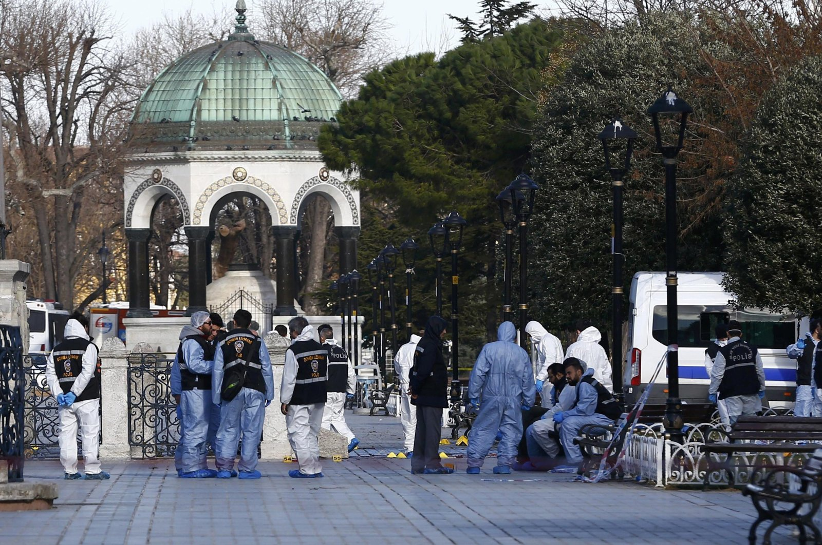 Police forensic officers attend the scene after an explosion in front of the German Fountain in Sultanahmet Square in Istanbul, Turkey, Jan. 12, 2016. (Reuters Photo)