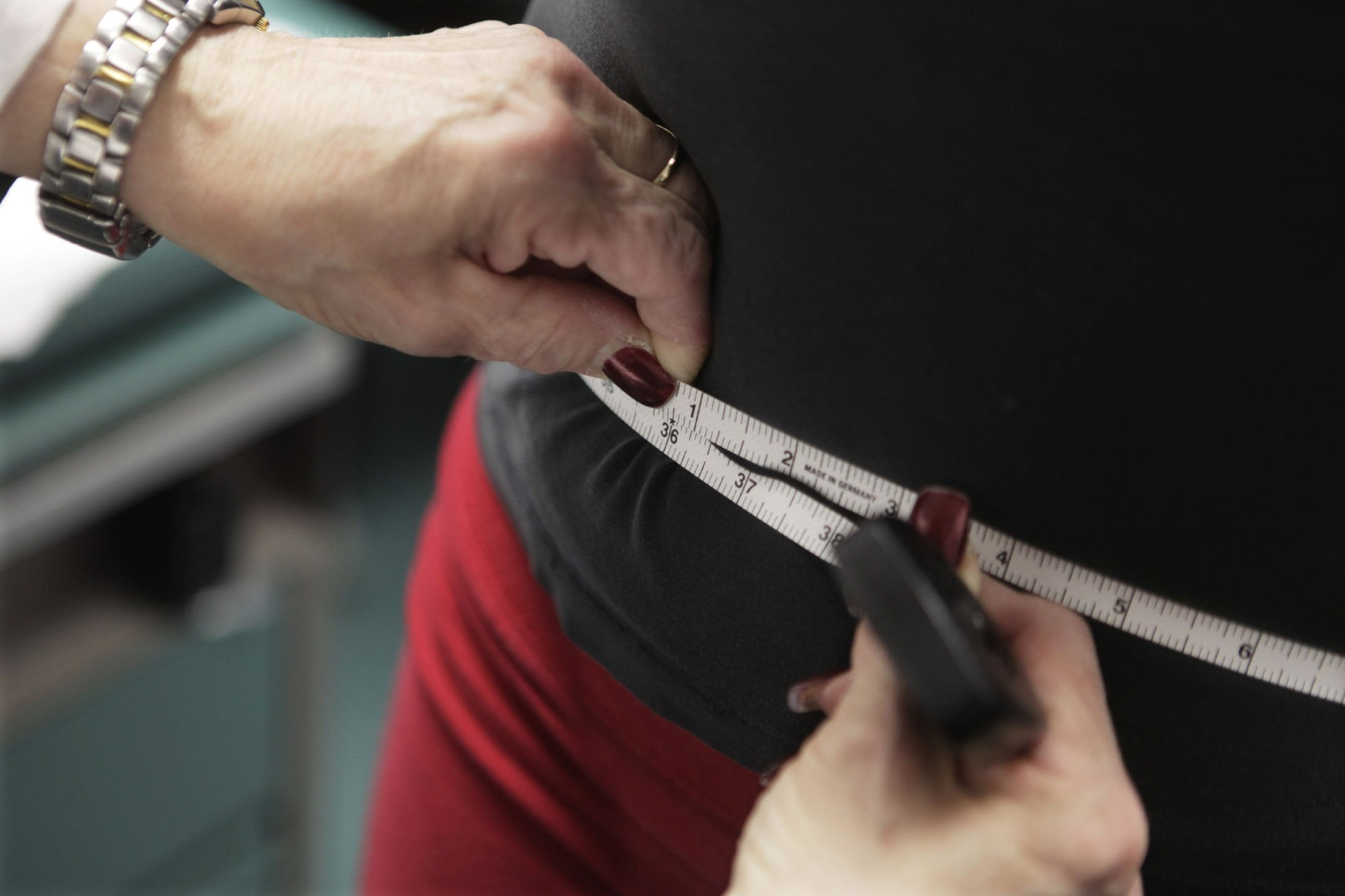 A waist is measured during an obesity prevention study in Chicago, Illinois, U.S., Jan. 20, 2010. (AP File Photo)