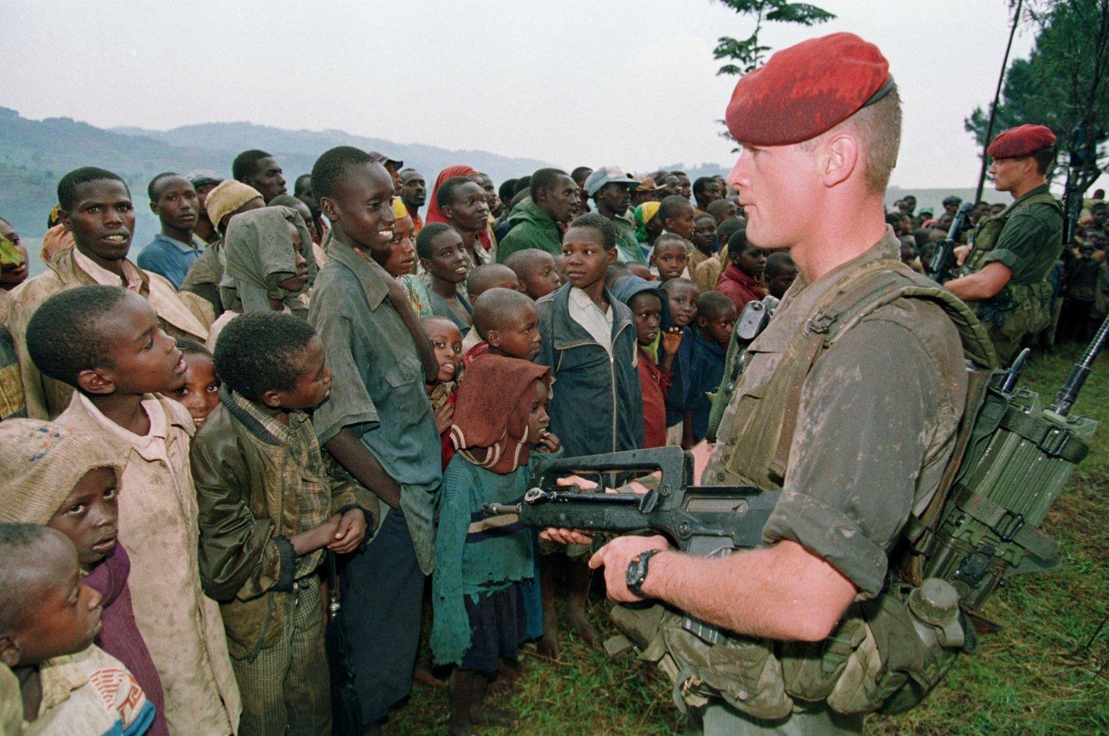French soldiers stand guard at the Nyarushishi Tutsi refugee camp, Zaire border in Gisenyi, Rwanda, April 30, 1994. (AFP Photo)