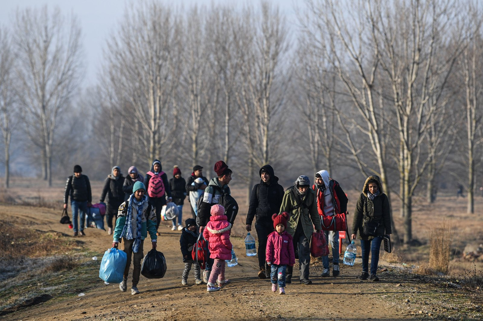 Migrants walk toward the Maritsa river, near Edirne, to take a boat to attempt to enter Greece by crossing the river on March 1, 2020. (AFP Photo)