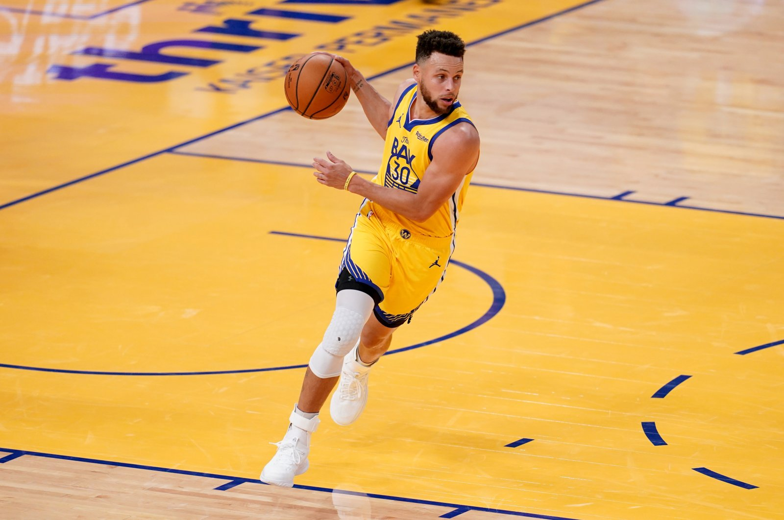 Golden State Warriors guard Stephen Curry dribbles the ball during an NBA game against the Milwaukee Bucks, at the Chase Center, San Francisco, California, U.S., April 6, 2021. (Reuters Photo)