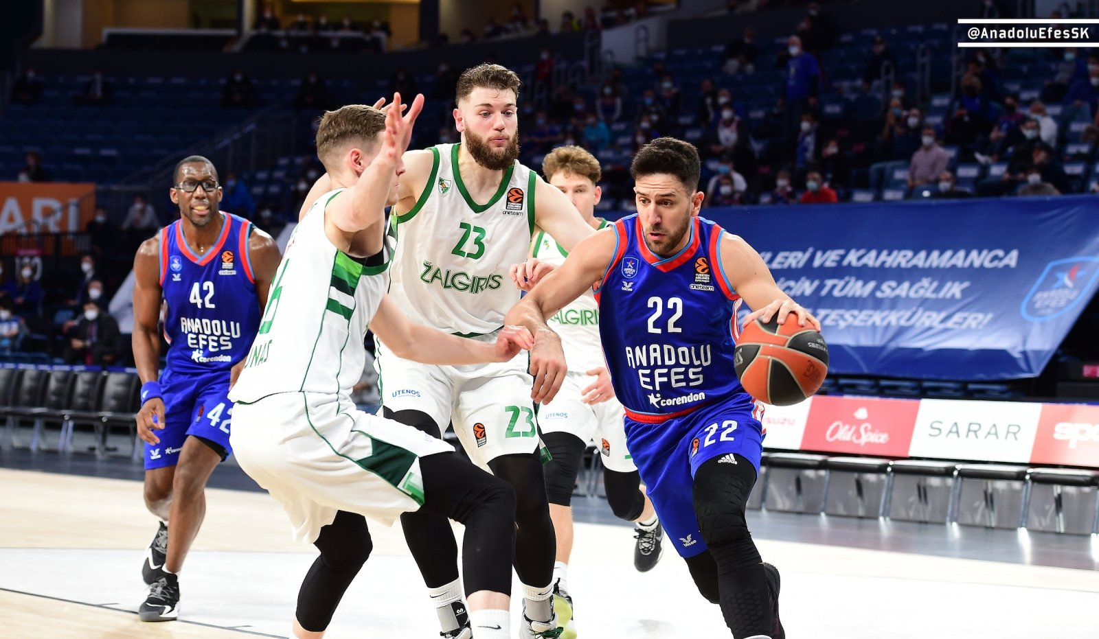 Anadolu Efes guard Vasilije Micic (R) tries to go past Zalgiris center Martinas Geben (C) in a EuroLeague basketball match in Istanbul, Turkey, March 12, 2021. (DHA Photo)
