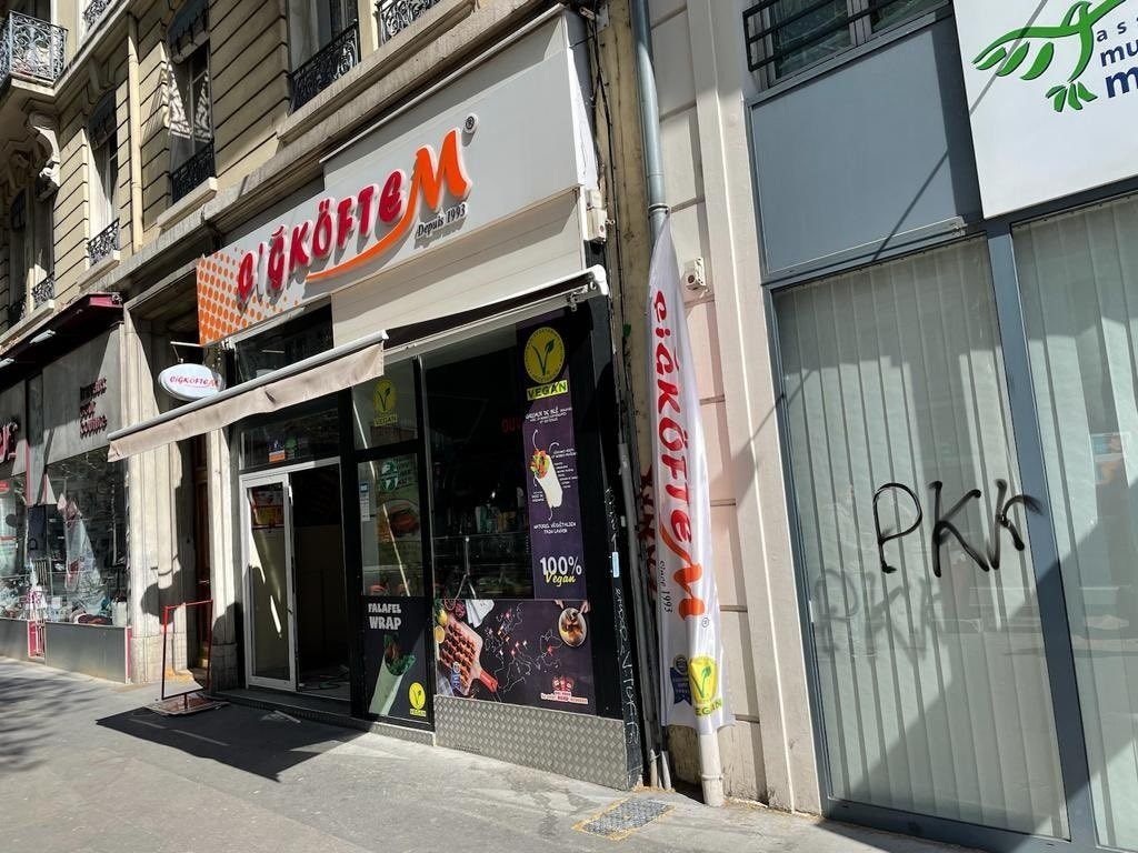 Pro-PKK graffiti on the storefront next to a Çiğköftem Turkish restaurant, in Lyon, France, April 5, 2021 (Photo taken from Twitter / @yeftale)