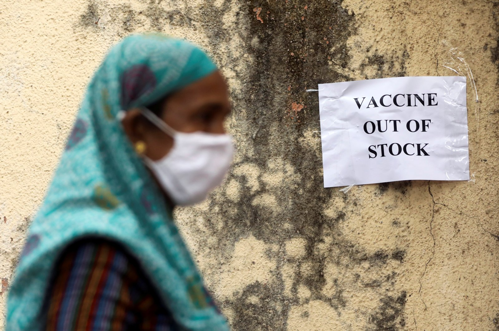 A notice about the shortage of COVID-19 vaccine supplies is seen at a vaccination center, in Mumbai, India, April 8, 2021. (Reuters Photo)