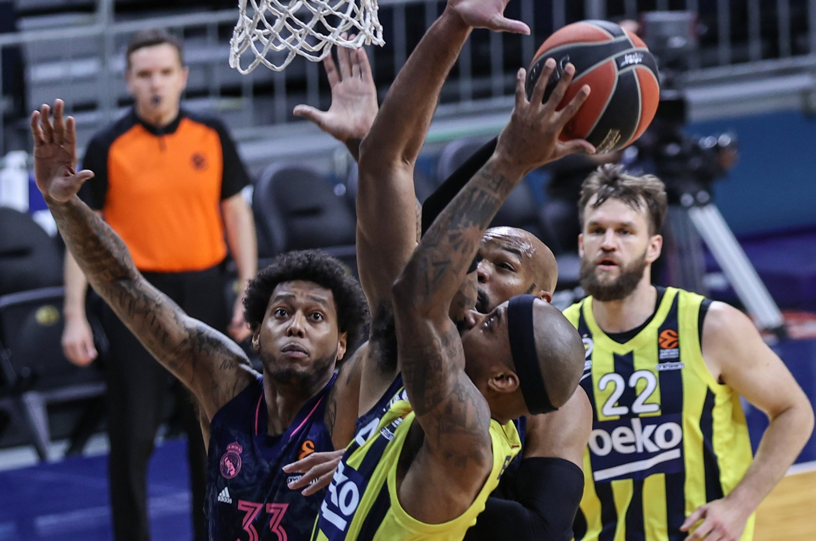 Fenerbahçe's Lorenzo Brown (C) approaches the hoop during the EuroLeague game against Real Madrid, Istanbul, Turkey, April 8, 2021. (AA Photo)