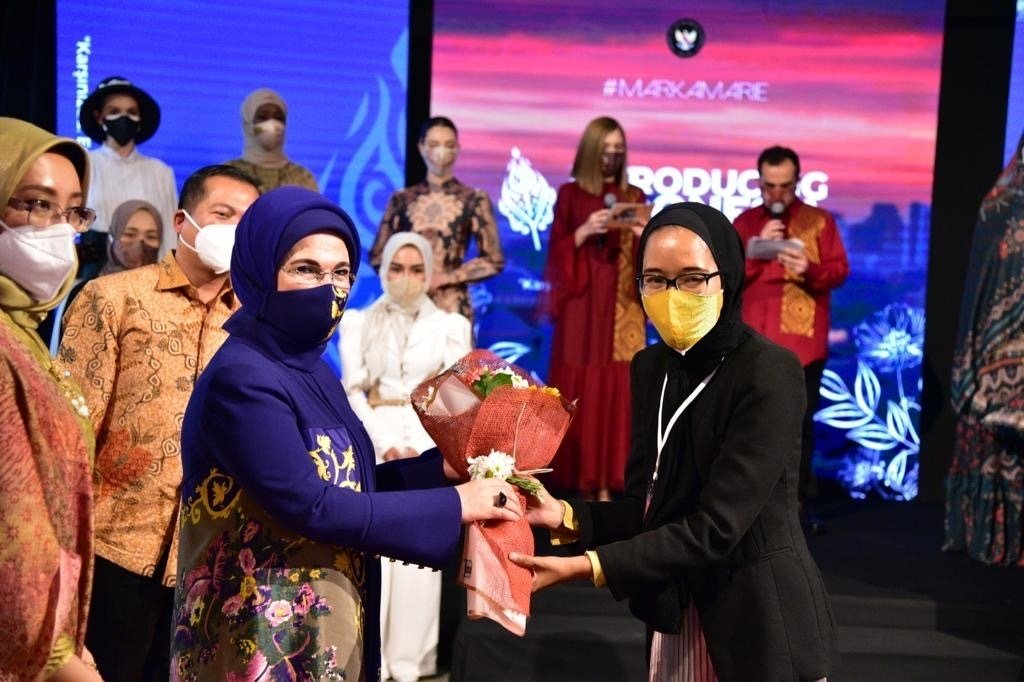 First lady Emine Erdoğan gives co-founder of Markamarie, Franka Soeria, a bouquet in this picture following the fashion event, Ankara, Turkey, April 7, 2021. (Courtesy of the Indonesian Embassy)