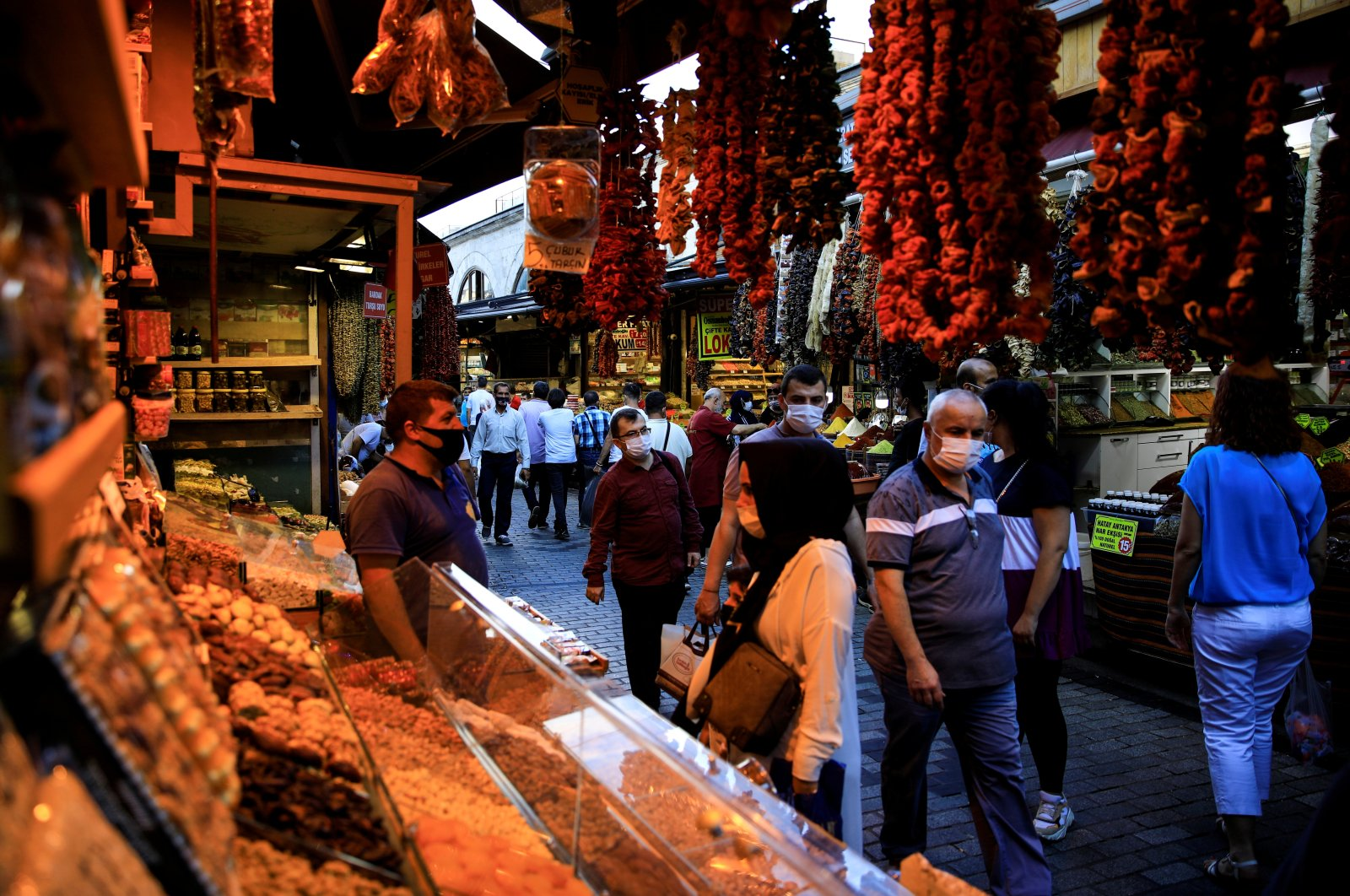 People shop at the Spice Market also known as the Egyptian Bazaar as the outbreak of the coronavirus (COVID-19) continues, in Istanbul, Turkey, Sept. 9, 2020. (Reuters Photo)