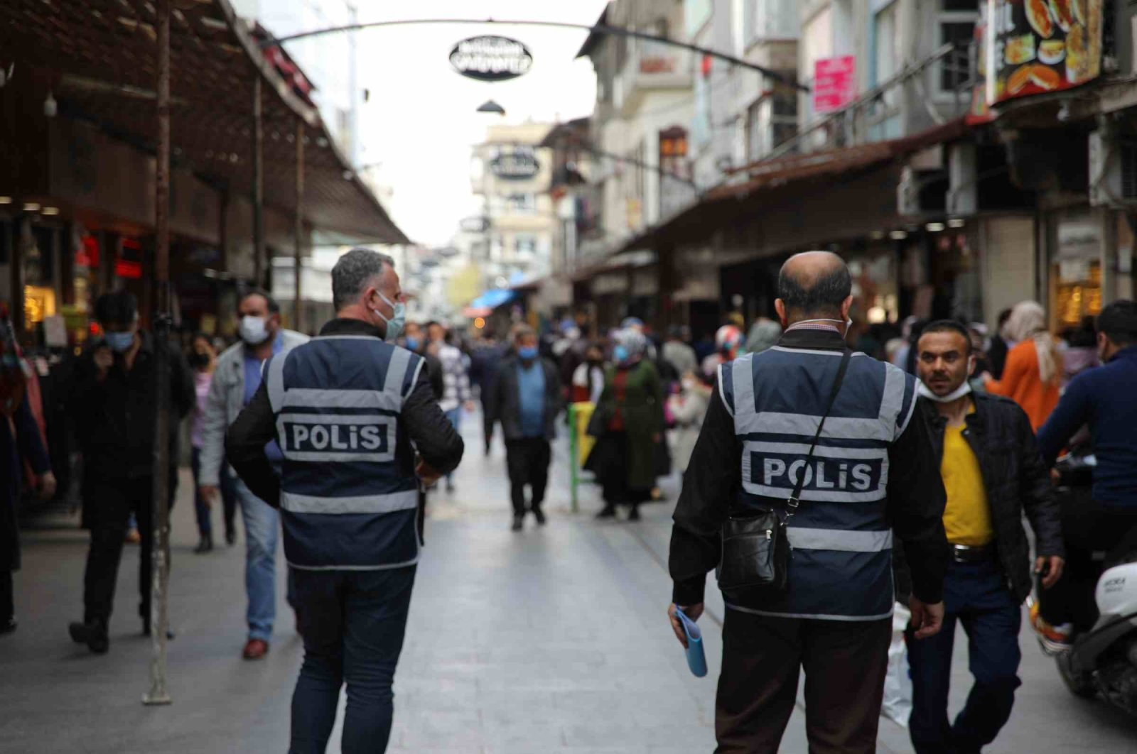Police officers patrol a street to enforce pandemic rules, in Gaziantep, southern Turkey, April 9, 2021. (DHA PHOTO)