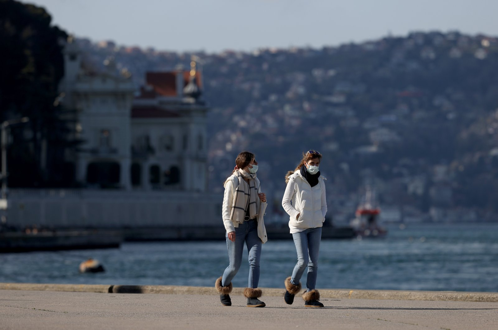 Tourists, exempt from weekend curfews declared over the COVID-19 pandemic, walk on the Bosporus waterfront in the Tarabya quarter of Istanbul, Turkey, April 10, 2021. (AA Photo)