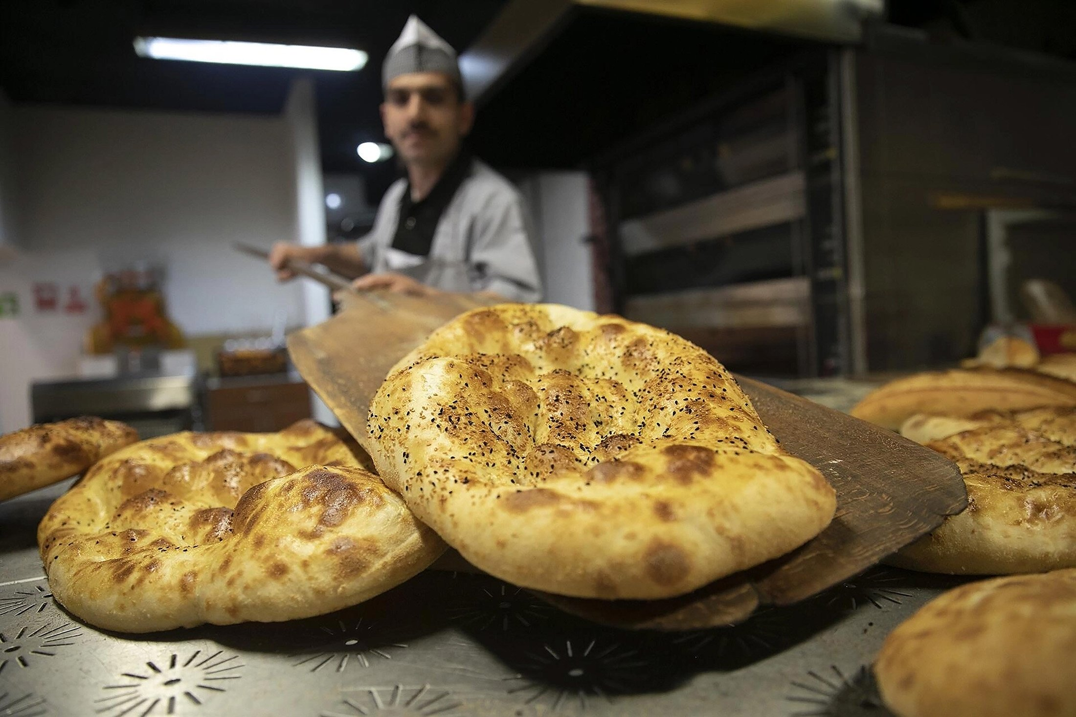 Bakeries sell Ramadan pide, a special flatbread topped off with sesame or nigella seeds, during the holy month. (Archive Photo)
