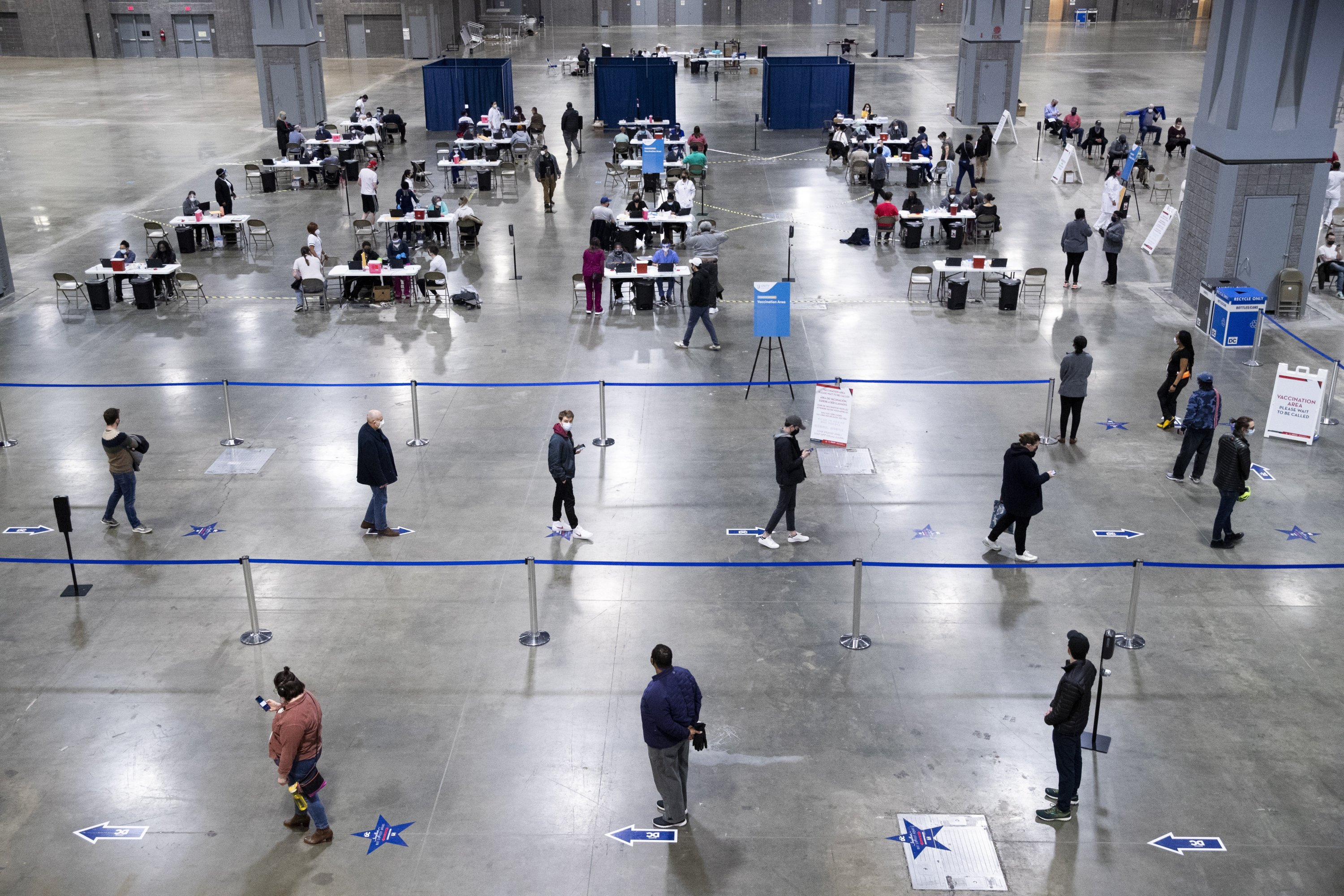 A long line of people wait at a mass vaccination event hosted by Unity Health Care, at Walter E. Washington Convention Center in Washington, D.C., the U.S., April 3, 2021.  (EPA/MICHAEL REYNOLDS)