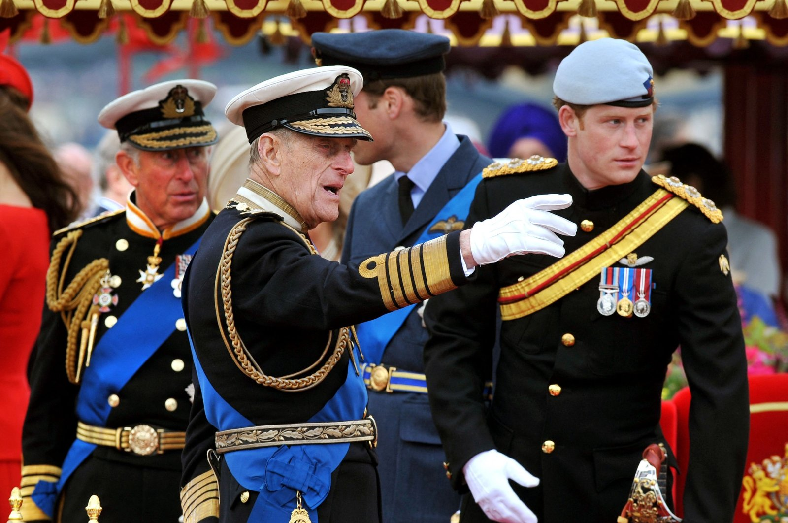 Members of the royal family Prince Charles, Prince of Wales (L), Prince Philip, Duke of Edinburgh (C), Prince Harry (R) and Prince William at the back, talk onboard the Spirit of Chartwell on the River Thames, London, U.K., June 3, 2012. (AFP Photo)