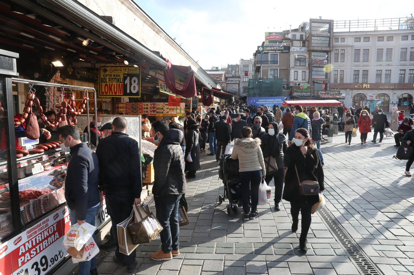 People wearing protective masks shopping at the Eminönü quarter of Istanbul, Turkey, April 9, 2021. (DHA PHOTO)