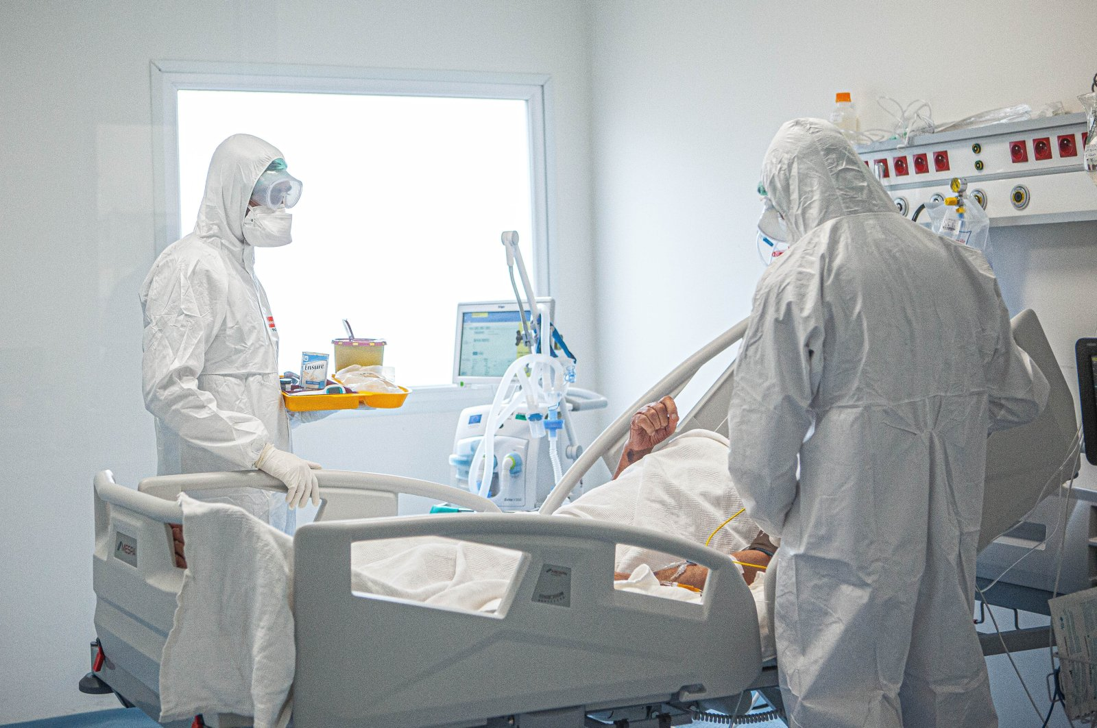 Health care workers attend a COVID-19 patient at a hospital, in Istanbul, Turkey, Oct. 8, 2020. (PHOTO BY HATİCE ÇINAR)