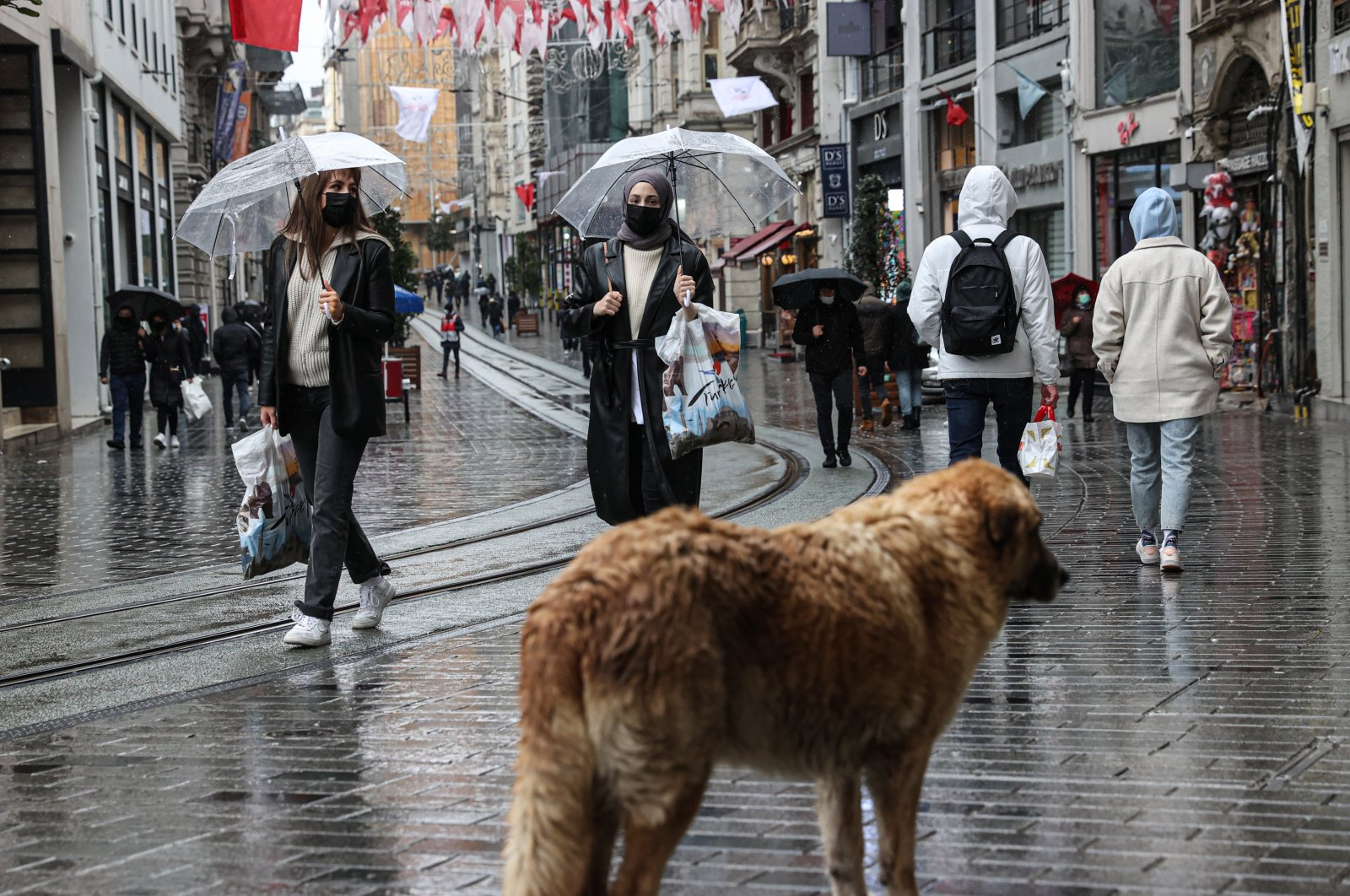People tour the Istiklal street with umbrellas on a rainy day in Taksim district of Istanbul, Turkey, April 8, 2020. (AA)