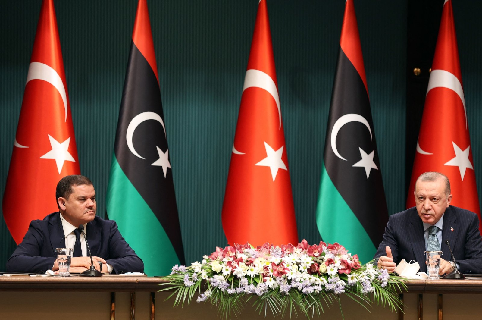 Turkish President Recep Tayyip Erdoğan (R) and Libya's interim Prime Minister Abdul Hamid Dbeibah attend a signing ceremony after their meeting at the Presidential Complex in Ankara, Turkey, April 12, 2021. (AFP Photo)