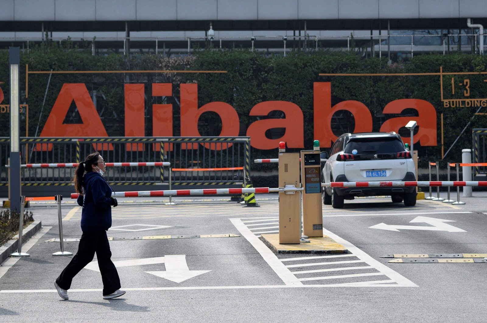 A woman is jogging in front of Alibaba headquarters in Hangzhou, some 175 kilometres (110 miles) southwest of Shanghai, China, Feb. 5, 2020. (AFP Photo)