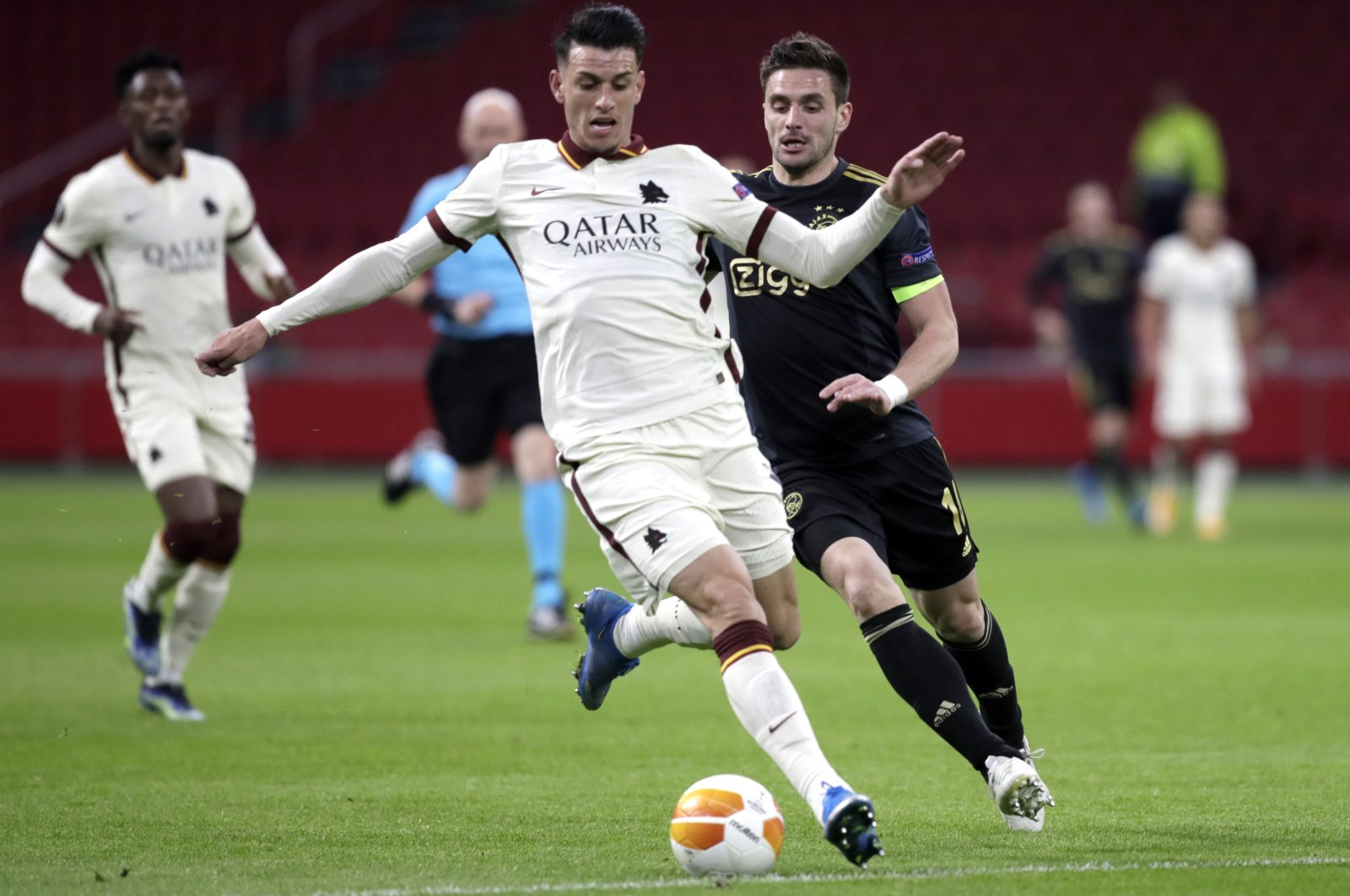 Roma's Roger Ibanez (L) duels for the ball with Ajax's Dusan Tadic during the Europa League first leg quarterfinal match at the Johan Cruyff Arena, Amsterdam, Netherlands, April 8, 2021. (AP Photo)