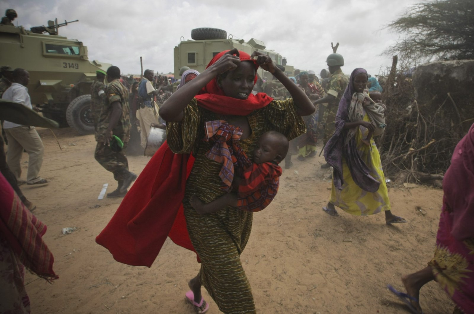 Women rush into a feeding center in a camp established by the Somali Transitional Federal Government (TFG) for internally displaced people, Mogadishu, Somalia, July 20, 2011. (Reuters Photo)