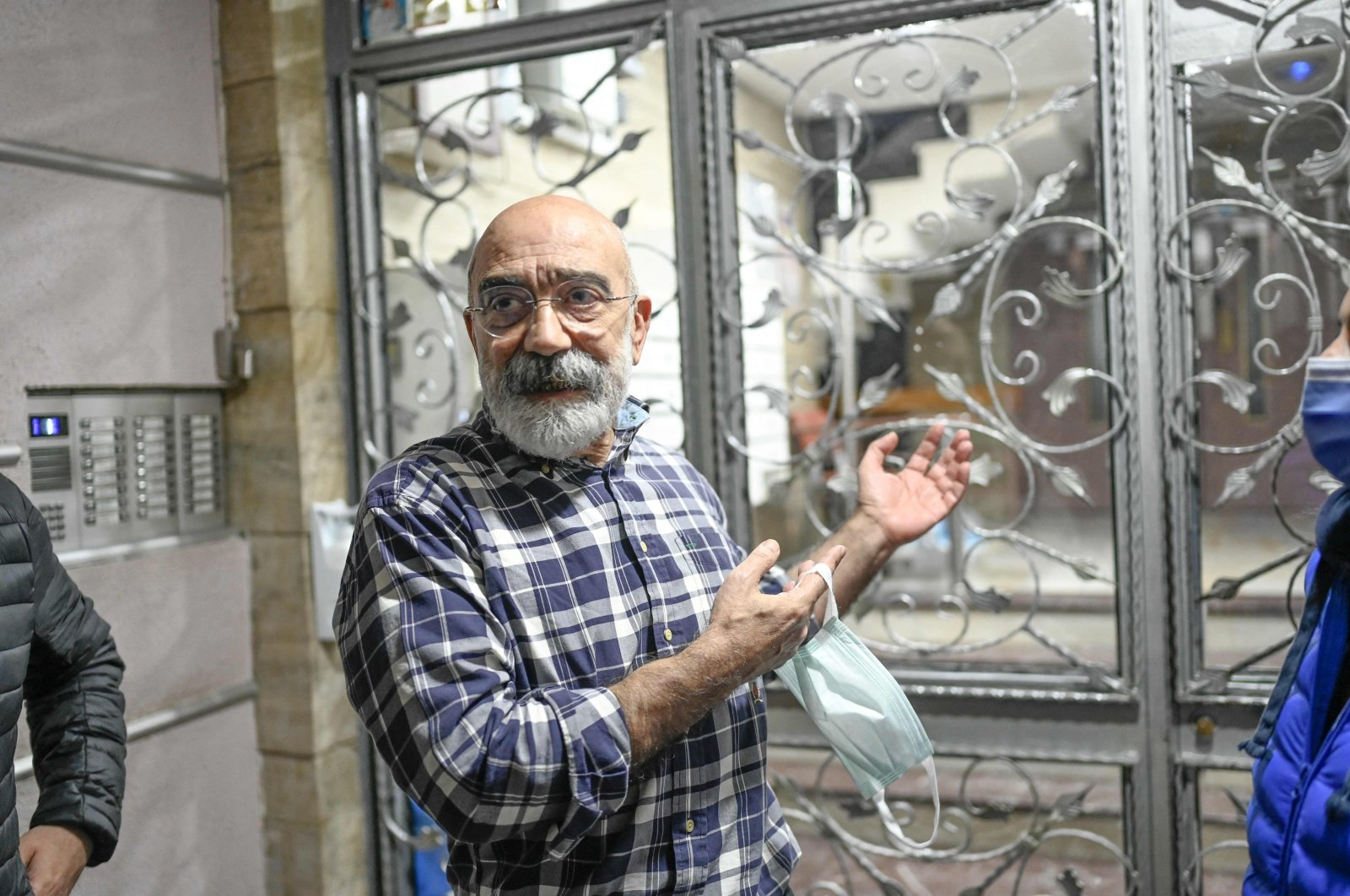 FETÖ-linked Taraf daily's former editor-in-chief Ahmet Altan poses for Agence France-Presse (AFP) at his home minutes after he arrived following his release from jail, in Istanbul's Kadiköy neighborhood, Turkey, April 14, 2021. (AFP Photo)